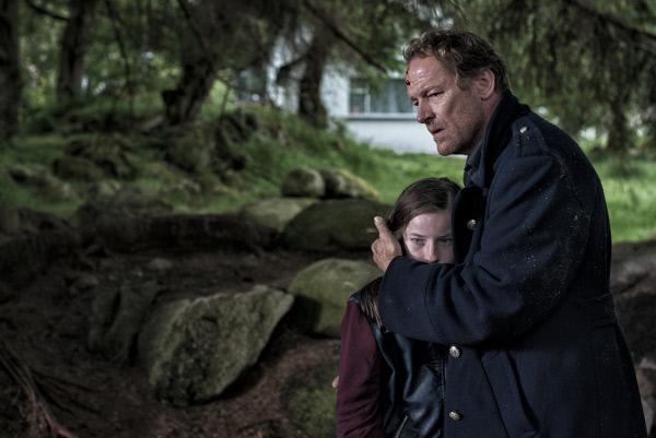 Bild 1 von 11: Die 11-jährige Rosie (Hazel Doupe, l.) fühlt sich schuldig am Tod ihrer Mutter. Ebenso wie Jack Taylor (Iain Glen, r.), der sich in der Verantwortung sieht, dass sein junger Kollege angeschossen wurde und im Koma liegt. Trauer und Schuldgefühle verbinden die beiden. Langsam fasst Rosie Vertrauen zu Jack.