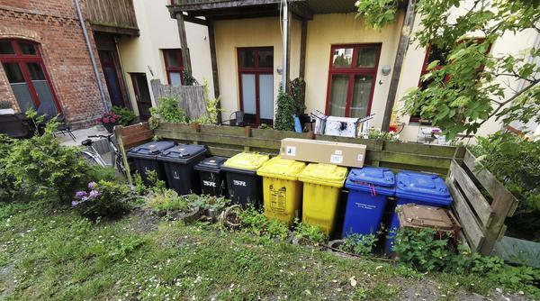 Bild 1 von 2: Im Innenhof von Kesslers in Rostock blickt man als erstes auf Mülltonnen - das soll sich ändern.