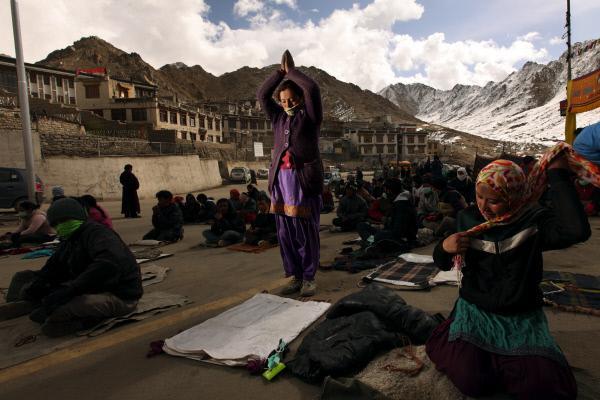 Bild 1 von 5: In der Stadt Leh treffen sich zahlreiche Ladakhi, um wŠhrend dreier Tage und zweier NŠchte in einer buddhistischen Zeremonie die Stadt zu umrunden.