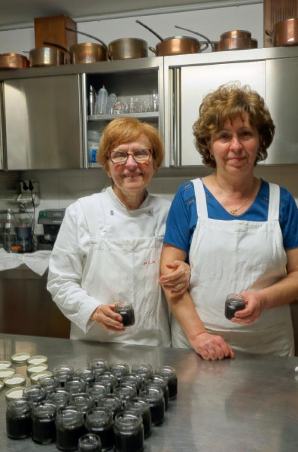Bild 1 von 5: Die Köchin Christina Maresi (li.) will mit ihrer Angestellten den berühmten Caviale Ferrarese zubereiten.