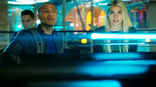 Bild 1 von 13: Brody Nelson (Shad Moss) und Raven Ramirez (Hayley Kiyoko) entdecken im Internet ein Video, in dem sich die Verbrecherbande 'Flash Squad' mit ihren Überfällen auf ahnungslose Opfer brüstet.