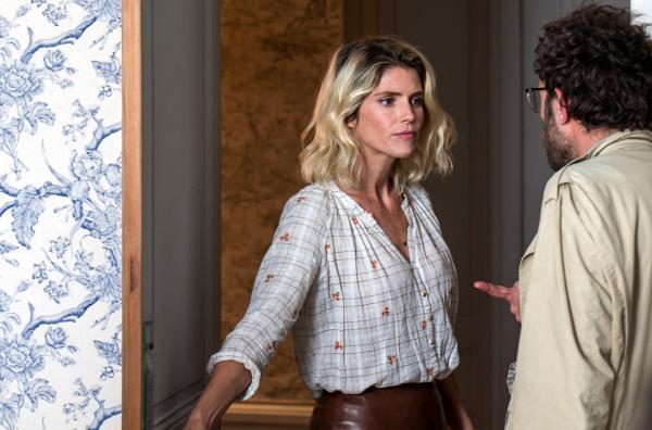 Bild 1 von 6: Dora Saint-Cast (Alice Taglioni) gibt Iradj Mozafari (Babak Hamidian) die Schuld dafür, dass sich ihre Eltern verliebt haben.