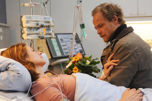 Bild 1 von 7: Robert Marthalers (Matthias Koeberlin) schwangere Freundin Tereza (Ellenie Salvo González, vorne) hat einen brutalen Raubüberfall überlebt.