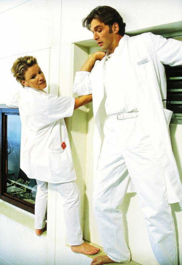 Bild 1 von 7: Nikola (Mariele Millowitsch) und Schmidt (Walter Sittler) versuchen über den Fenstersims in Hausers Zimmer zu gelangen, da sie vermuten, dass er sich nach der geplatzten Hochzeit etwas antun will.