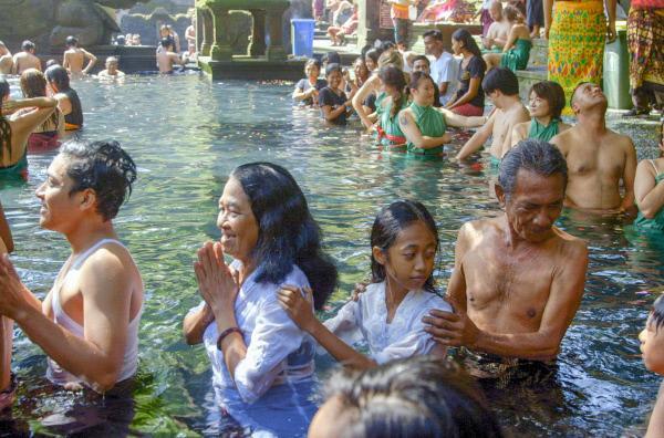Bild 1 von 6: Zur Tempelanlage Pura Tirta Empul pilgern viele gläubige Balinesen, um sich mit dem heiligen Wasser von Krankheiten zu befreien und Probleme abzuwaschen.
