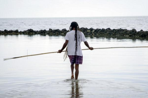 Bild 1 von 5: Der Ranger Barry Pau fischt auf traditionelle Weise auf der Insel Erub (auch Darnley Island genannt). Er betreut jahrhundertealte Fischfallen. Seinen Speer hat er immer dabei.