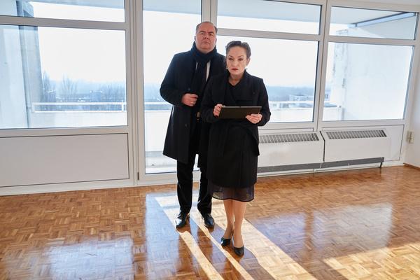 Bild 1 von 13: Auf der Suche nach Heldt lassen Hauptkommissar Grün (Timo Dierkes, l.) und Dr. Hannah Holle (Angelika Bartsch, r.) keine mögliche Spur aus.