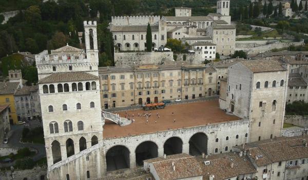 Bild 1 von 6: Gubbio, Piazza Signoria und Palazzo die Consoli mit dem Glockenturm.