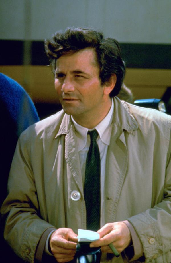 Bild 1 von 2: Columbo (Peter Falk), der kultige Inspektor mit Glasauge, Trenchcoat und schräger Körperhaltung, bei seinen Recherchen.