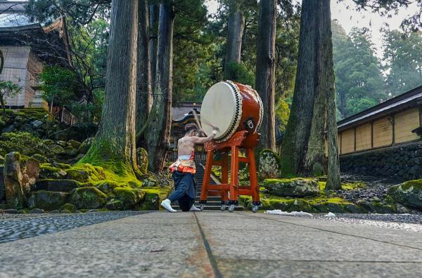 Bild 1 von 6: Takuya Taniguchi spielt im Kloster Eiheiji die Taiko.