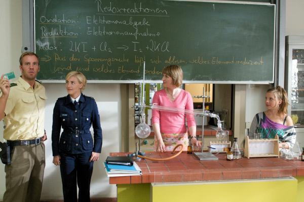 Bild 1 von 16: Gleich die erste Schule ist für die Ermittler Lars Pöhlmann (Dominic Boeer, l.) und Leena Virtanen (Li Hagman, 2.v.l.) ein Volltreffer: Schüler Marco Stieglitz  ist hier als \