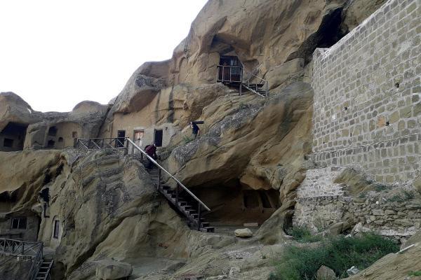 Bild 1 von 5: Das Höhlenkloster von David Garedscha mit der in den Fels gehauenen Kirche aus dem 11. Jahrhundert; im heutigen Georgien entstanden schon im ersten Jahrhundert erste urchristliche Gemeinden.