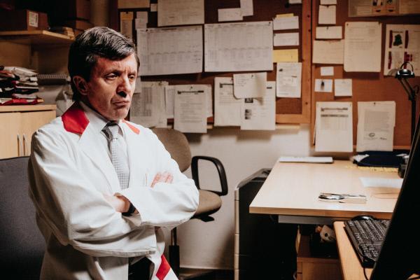 Bild 1 von 8: Bernhard Strelitz (David Bennent) ist mit seinen Mitarbeitern und sich selbst nicht zufrieden. Nachdenklich und frustriert hat sich in sein Büro im Supermarkt zurückgezogen.