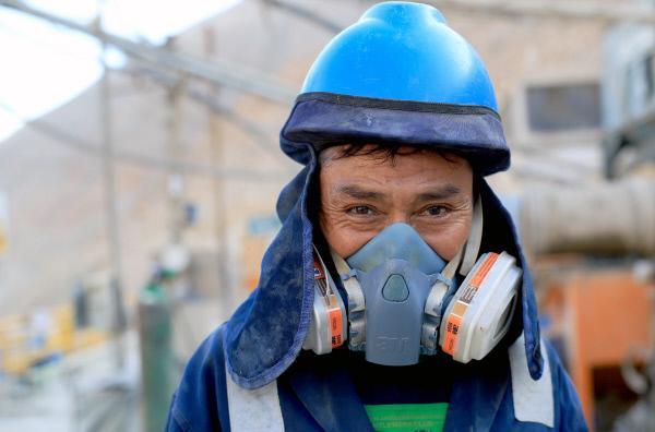 Bild 1 von 4: Dieser peruanische Minenarbeiter setzt sich täglich Gefahren durch einstürzende Gruben und Stollen aus. Auch Lungenerkrankungen, Quecksilbervergiftungen und Hörschäden gehören zu den Risiken der Arbeiter.