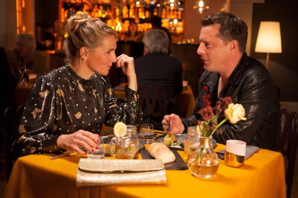 Bild 1 von 10: Fritzie (Tanja Wedhorn) und Stefan (Florian Panzner) gelingt es, beim Rollenspiel Blind Date, die Unbeschwertheit und verliebte Romantik früherer Tage wieder aufleben zu lassen.