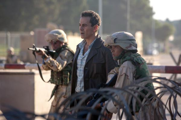 Bild 1 von 5: Muhsin al-Khafaji (Waleed Zuaiter, Mi.), der früher bei der irakischen Polizei war, arbeitet nun für die amerikanisch-britische Besatzung.
