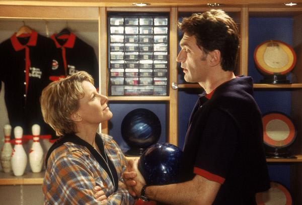 Bild 1 von 4: Nikola (Mariele Millowitsch) hat Dr. Schmidt (Walter Sittler) mal kurz ins Bowlingkugellager zitiert, um ihm ein paar Verhaltensregeln für den Abend zu geben.