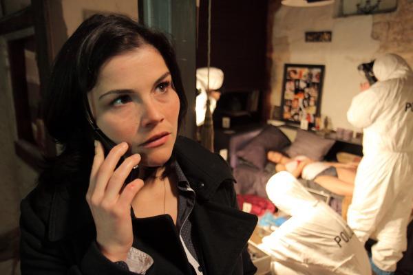 Bild 1 von 11: Die junge Stralsunder Kommissarin Nina Petersen (Katharina Wackernagel) ermittelt am Tatort.