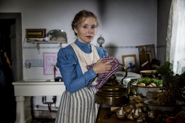 Bild 1 von 1: Wie so viele Dienstmädchen kam auch Minna Eschler (Lara-Maria Wichels) mit der Hoffnung auf eine bessere Zukunft nach Berlin.