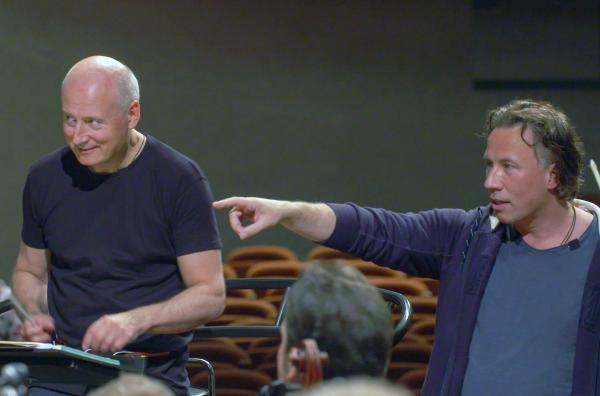 Bild 1 von 3: Komponist Kristjan Järvi (re.) neben seinem Bruder, dem Dirigenten Paavo Järvi (li.): Anlässlich des 80. Geburtstages ihres Vaters studieren sie ein ganz besonderes Stück ein.