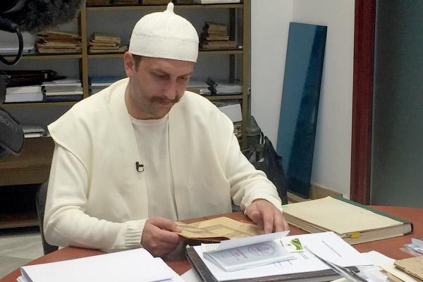 Bild 1 von 6: Der 29-jährige Albaner Hisen Sulejmani hat alte osmanische Sprachen studiert und will Bektaschi-Derwisch werden. Er ist ein sogenannter Muhib und steht am Ende seiner dreijährigen Probezeit.