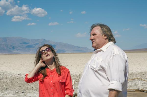 Bild 1 von 5: Die Ex-Eheleute Isabelle (Isabelle Huppert, li.) und Gérard (Gérard Depardieu, re.) haben sich seit Jahren nicht gesehen. Nun folgen sie einer Einladung ihres Sohnes Michael, die sie sechs Monate nach seinem Selbstmord per Abschiedsbrief erhalten haben.