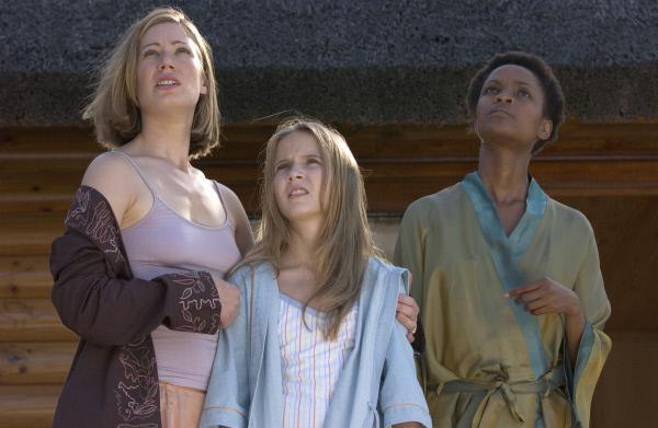 Bild 1 von 6: Haley (Eliza Bennett,m.) und Brooke Richardson (Jessica Brooks) wird langsam bewusst, dass mit der Sonne etwas nicht stimmt.