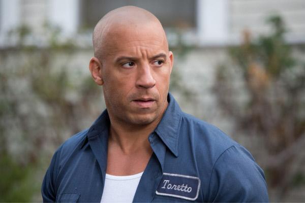 Bild 1 von 20: Dom (Vin Diesel) denkt über Hobbs' Vorschlag nach: Wenn es ihm und seinem Team gelingt, den Gangster Shaw zu fassen, werden ihnen alle Straftaten vergeben und sie könnten wieder in die USA zurückkehren...