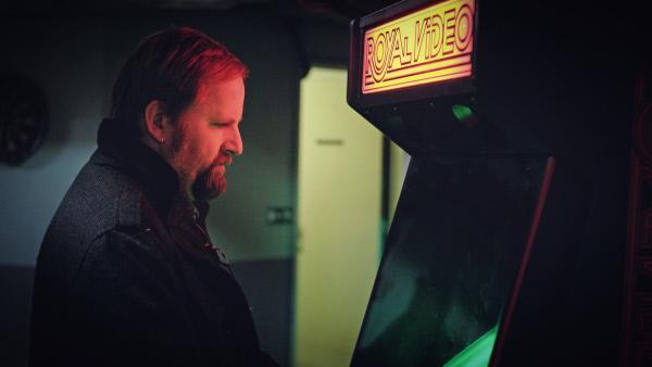 Bild 1 von 3: Bob Franck (Tom Audenaert) spielt am Automaten, um für kurze Zeit den Kopf während der schwierigen Ermittlungen frei zu bekommen.