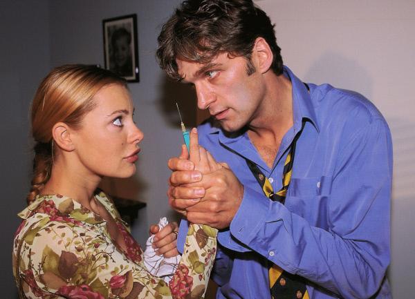 Bild 1 von 10: Nachdem Marianne (Xenia Seeberg) Dr. Schmidt (Walter Sittler) fast mit einem Pilzgericht vergiftet hat und ihm eine Spritze setzen will, bekommt er Panik.