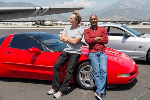 Bild 1 von 7: William Fichtner (l.) und Antron Brown mit einem 1997 Chevrolet Corvette und einem 2006 Ford Mustang GT