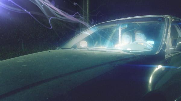 """Bild 1 von 1: Als das Auto eines jungen Pärchens in Laconia, New Hampshire, plötzlich in die Luft gehoben wird, glaubt der Mann eine Botschaft zu hören: """"Geratet nicht in Panik, habt keine Angst."""" (Reenactment)"""