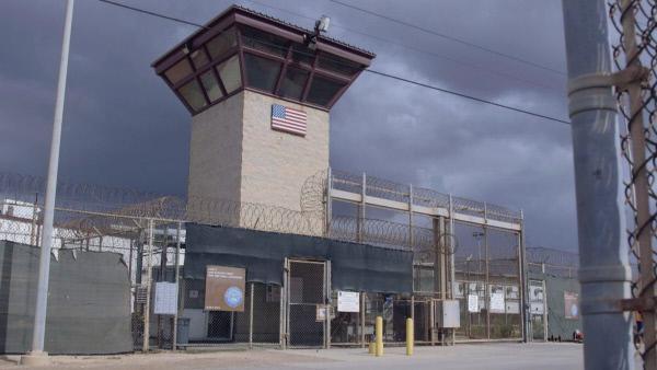 Bild 1 von 2: Eingang zum Terrorknast: Camp 6 von Guantanamo.