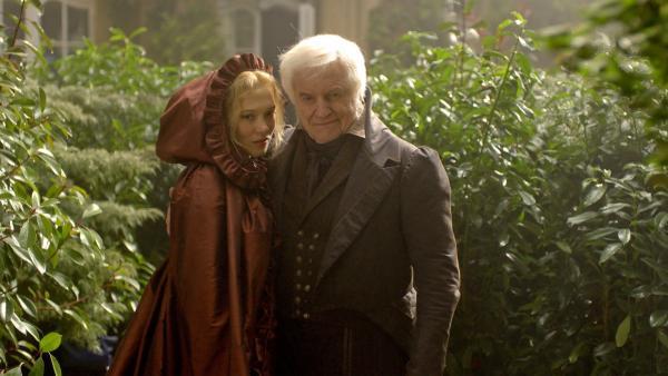 Bild 1 von 3: Ein Leben für eine Rose! Dies fordert das schreckliche Biest, als ein Kaufmann (André Dussollier) aus seinem verwunschenen Garten eine Blume für seine Lieblingstochter Belle (Léa Seydoux) stiehlt.