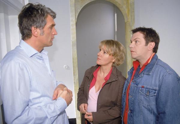 Bild 1 von 5: Überraschung am Morgen: Nikola (Mariele Millowitsch) und Tim (Oliver Reinhard, re.) finden den derangierten Schmidt (Walter Sittler) im Aufzug, wo er anscheinend die ganze Nacht verbracht hat...