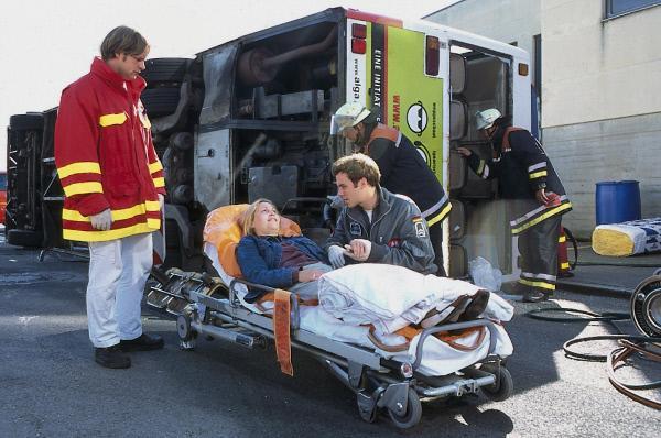Bild 1 von 12: Während eines schweren Busunglücks versorgt der Rettungsassistent Heiko (Bernhard Piesk, r.), Jonnys Vertretung, die verletzte Frau Poll (Katrin Kluge, M.).