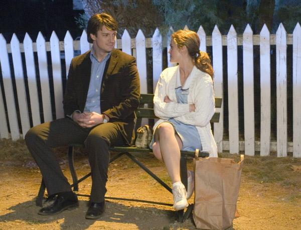 Bild 1 von 8: Jennas (Keri Russell)Welt scheint völlig aus den Fugen zu geraten. Doch dann trifft sie den Frauenarzt Dr. Pomatter (Nathan Fillion), der sich für Jenna als Mensch und Frau interessiert und ihr Aufmerksamkeit und Zuneigung schenkt. Jenna lässt sich auf eine Affäre ein.