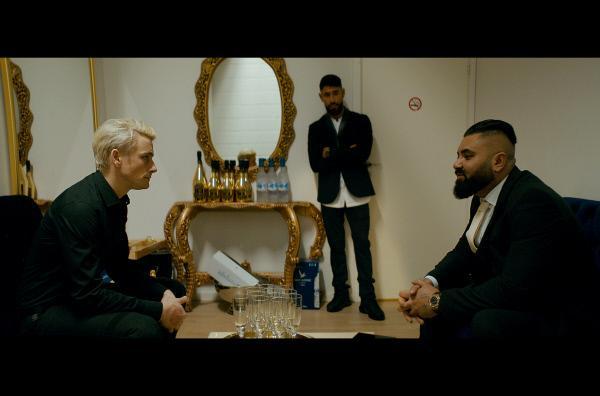Bild 1 von 3: Nicky (Esben Smed, li.) lässt sich von Nabil (Ali Sivandi, Mi.) auf einer Hochzeit den neuen Großkunden Wasim (Nedim Yasar, re.) vorstellen.