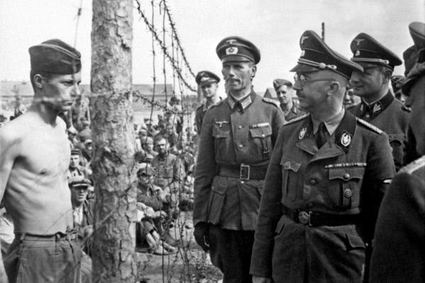 Bild 1 von 7: Heinrich Himmler beim Besuch eines Gefangenenlagers im Jahr 1942.