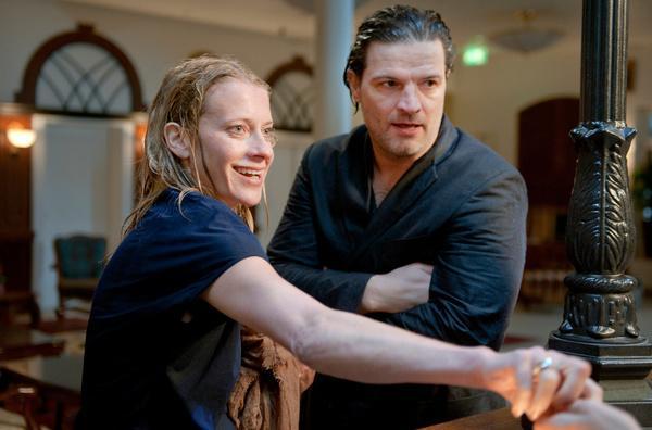 Bild 1 von 10: Gemeinsamer Trip ins Wellness-Hotel: Rebecca (Caroline Peters) und  Bruno (Mi?el Mati?evi?.