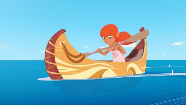 Bild 1 von 2: Marina ist mit ihrem kleinen Kanu unterwegs. Sie ahnt nicht, dass die Zwillingsbrüder Sam und Tom mit ihren Jetskis die Bucht vor Maotou unsicher machen.