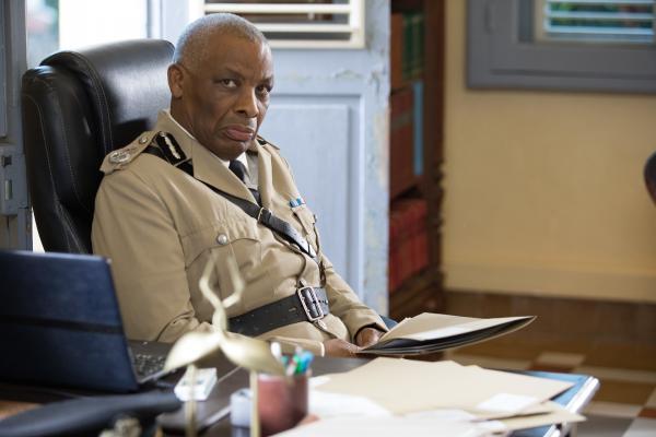 Bild 1 von 3: Commissioner Selwyn Patterson (Don Warrington) ist über den Leichenfund in der Kanzlei schockiert.