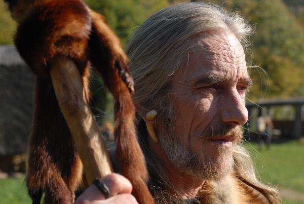 Bild 1 von 1: Schnurkeramiker mit Schmuck am Ohr - aus Knochen. Er hütet Ziegen und Schafe.