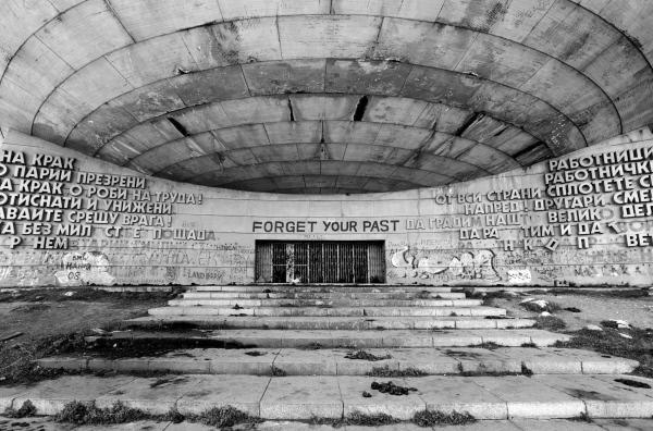 Bild 1 von 1: 30 Jahre nach dem Mauerfall wird in den ehemaligen Ländern des Ostblocks die Erinnerung an den Kommunismus offiziell eher verdrängt. Die Künstler hingegen setzen sich mit dem sozialistischen Erbe auseinander ... (hier: Busludscha-Denkmal in Bulgarien)