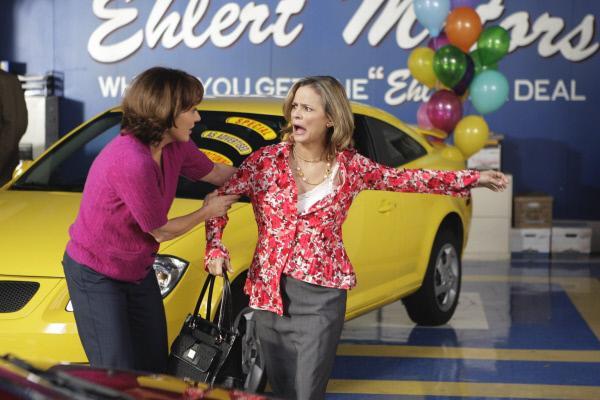 Bild 1 von 28: Um die Verkaufszahlen im Autohaus hochzutreiben, heuert Frankies (Patricia Heaton, l.) Chef die Motivationsberaterin Abby (Amy Sedaris, r.) an. Der Ärger ist vorprogrammiert ...