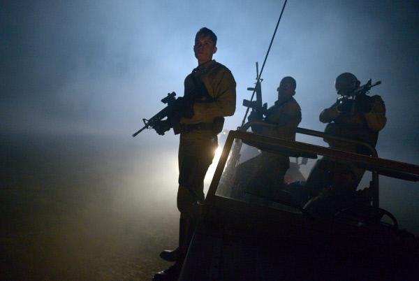 Bild 1 von 6: Jason (Tom Stevens, l.) und seine Männer werden auf den Feldern von den Abbies angegriffen. Er muss schnell reagieren.