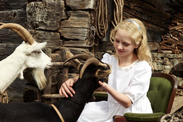 Bild 1 von 15: Klara (Isabelle Ottmann) sitzt schon lange im Rollstuhl und hat fast ihr ganzes Leben im Haus verbracht. Der Urlaub bei Heidi beschert ihr die Möglichkeit, sich außerhalb des Dunstkreise übervorsichtiger Erwachsener bewähren zu können.