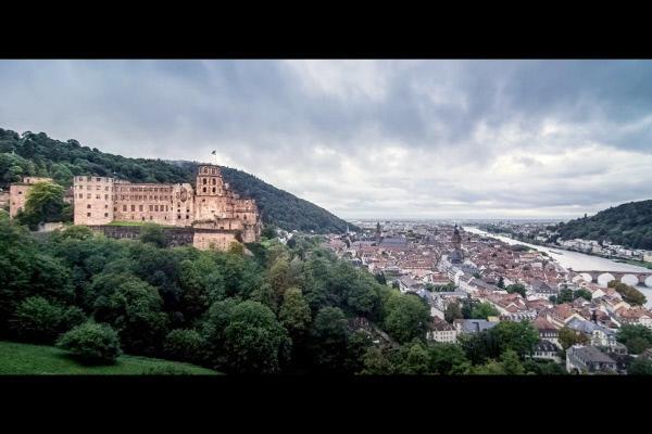 Bild 1 von 4: Am Ufer des Neckars: Das Heidelberger Schloss thront über der Stadt.