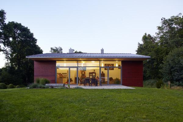 Bild 1 von 4: Puppenhaus mit Blechdach: Die riesige Glasfront ?ffnet das Haus zum Garten hin.