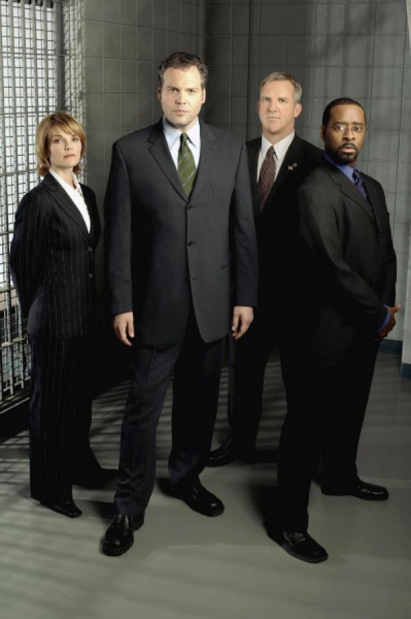 Bild 1 von 2: Von links: Detective Eames (Kathryn Erbe), Detective Goren (Vincent D'Onofrio), Captain Deakins (Jamey Sheridan) und Ron Carver (Courtney B. Vance) ermitteln in einem Mordfall.